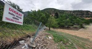Barajın suları çekildi mahalle çöplerle başbaşa kaldı