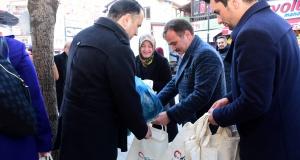 Başkan Çimen pazarda vatandaşlara bez torba dağıttı