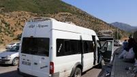 Fındık işçilerini taşıyan minibüs kaza yaptı: 26 yaralı
