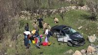 Gümüşhane'de virajı alamayan otomobil bahçeye yuvarlandı: 3 yaralı