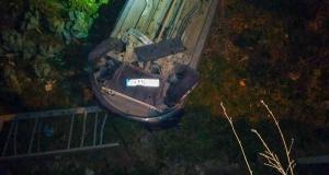 Köpekten kaçan otomobil duvardan aşağıya düştü: 2 yaralı