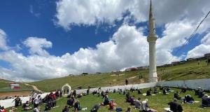 Kadırga Yaylası'ndaki üstü açık camide sosyal mesafeli Cuma namazı böyle kılındı