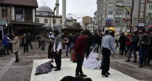 Kadına yönelik şiddete dikkat çekmek için eksi 2 derecede sokak tiyatrosu yaptılar