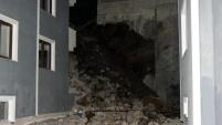 Gümüşhane'de istinat duvarı apartmanın üzerine yıkıldı