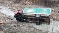 Köpeğe çarpmamak için manevra yapan kamyon dereye uçtu: 2 yaralı