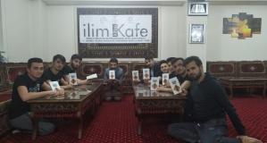 Kitap okuyan gençler hediyelerini aldı