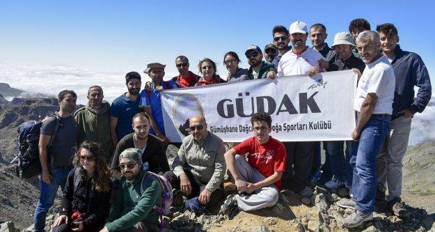 Gümüşhaneli dağcılardan Bayburt#039;un en yüksek zirvesine tırmanış