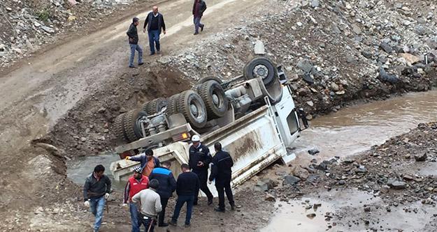 Hafriyat kamyonu Harşit çayında devrildi