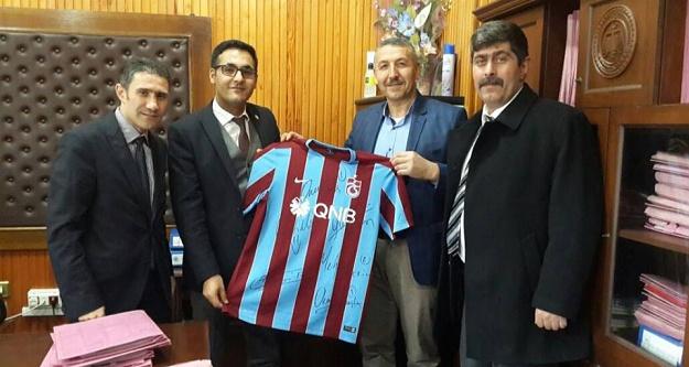 Torul Trabzonspor derneğinden Cumhuriyet Savcısına forma