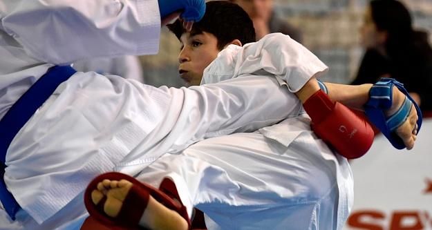 Okullar Arası Gençler Karate müsabakaları Gümüşhane'de başladı