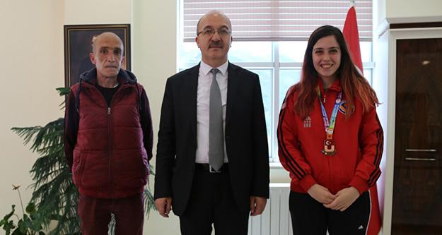 Kayaoğlu madalyasını Rektör Zeybek'e hediye etti