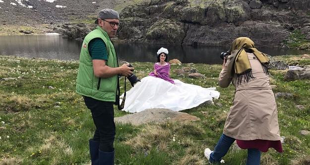 2 bin 500 metre rakımda düğün fotoğrafı çekilerek tarihe geçtiler