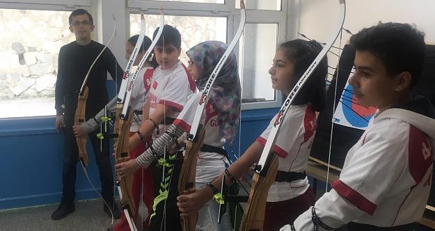 Atatürk Ortaokulu'nda okçuluk kursu açıldı