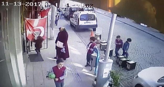 Türk Bayrağını öpmeden okula gitmiyor