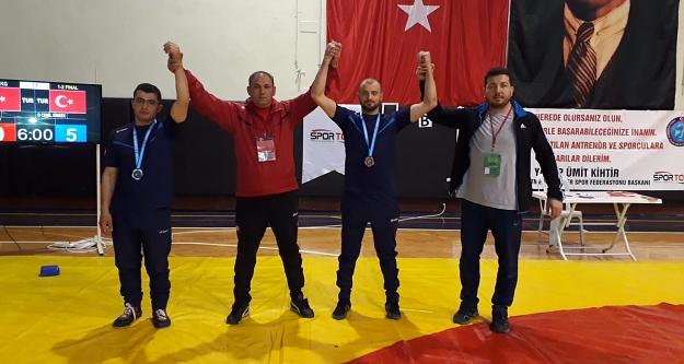 İşitme engelli güreşçilerimiz madalyalarla döndü
