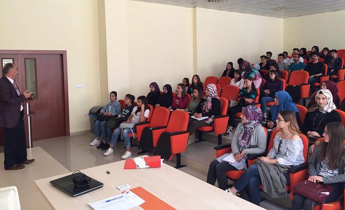 Üniversite öğrencilerine aile eğitimi verildi