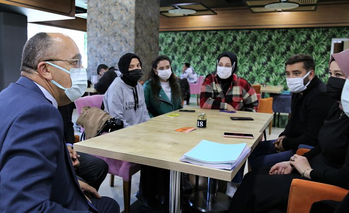 Rektör Zeybek öğrencilerle bir araya geldi