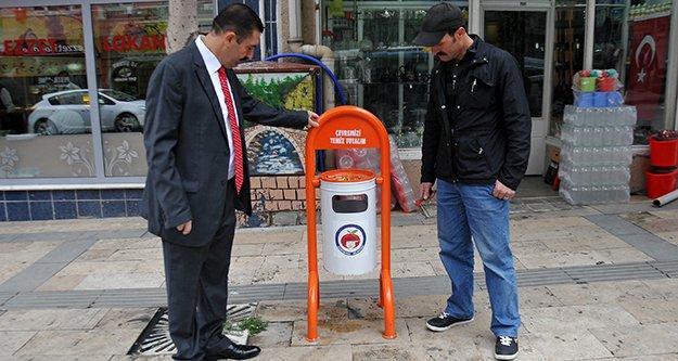 Caddelerdeki Çöp Kutuları Yenileniyor