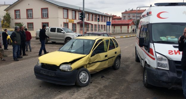 Kelkit'te Otomobil Ambulansla Çarpıştı: 1 Yaralı