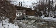 Otomobil korkuluğu olmayan köprüden uçtu: 4 yaralı