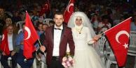 Gelin-damat düğünden çıkıp demokrasi şölenine gitti