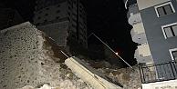 Gümüşhane'de istinat duvarı binaların üzerine yıkıldı