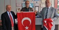 Belediye Esnaf ve Vatandaşlara Türk Bayrağı Dağıttı