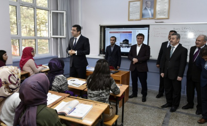 Vali Memiş'ten öğretmen ve öğrencilere moral ziyaretleri