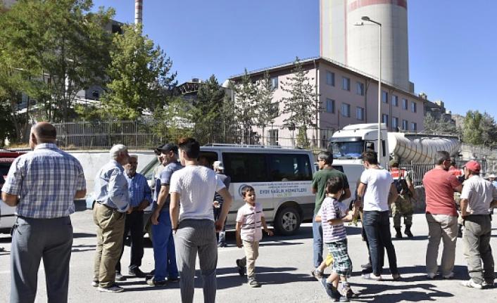 Gümüşhane'de vatandaşlar çimento fabrikasına giriş çıkışı kapattı