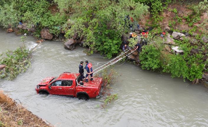 Gümüşhane'de kamyonet Harşit Çayına uçtu: 2 yaralı
