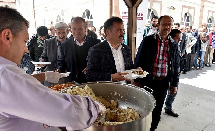 Vakıflar Bölge Müdürlüğü Gümüşhane'de etli pilav dağıttı