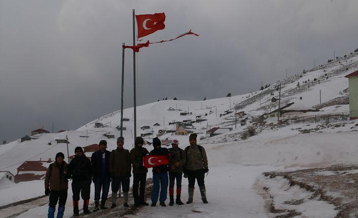 Yücebelen Köylülerinden 1 metreyi aşan karlı zeminde zorlu tırmanış