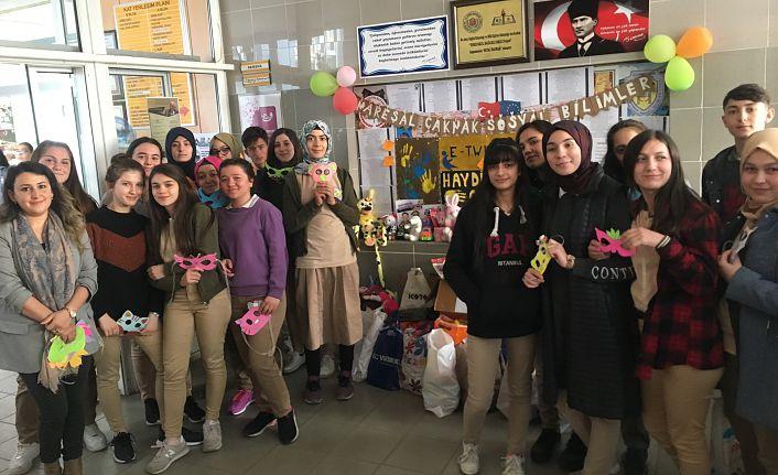 Öğrenciler Oyuncak Kumbarası Kurdu