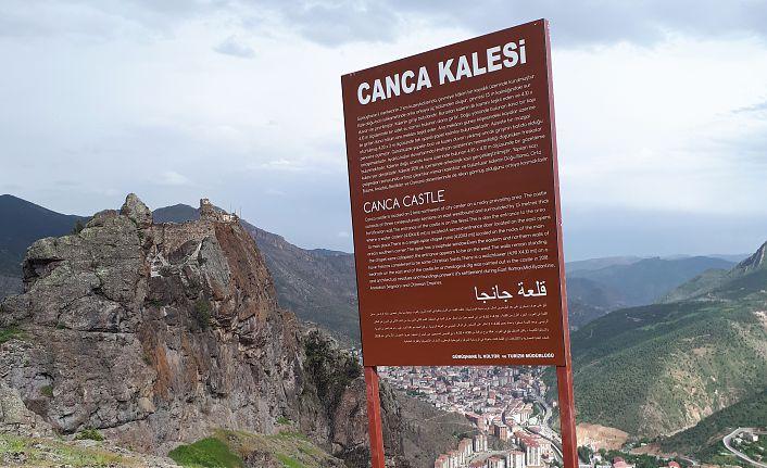 Tarihi ve turistik mekanlara Türkçe, İngilizce ve Arapça tabela