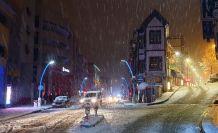 Gümüşhane'de etkili kar yağışı vatandaşları sokağa döktü