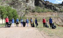 Gönüllü gençlerden çevre temizliği