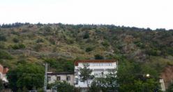Hafriyat döküm sahasından boşalan kayalar 630 metre mesafeden evlere ve yola düştü