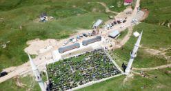 Kadırga yaylasındaki çatısız cami yaz aylarında her Cuma dolup taşıyor