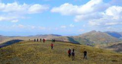 Tarihi köy odalarına ulaşmak için 18 kilometre yürüdüler