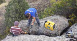 Kayanın arasına sıkışan yavru keçi 2 saatlik operasyonla kurtarıldı