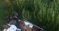 Gümüşhane'de kontrolden çıkan tır bahçeye yuvarlandı: 2 yaralı