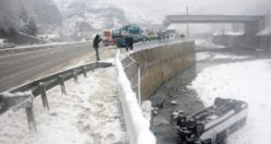 Gümüşhane'ye yolcu taşıyan minibüs Trabzon'da dereye uçtu