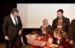 Vali Memiş'ten 'Bayrak sevdalısı' minik öğrencilere hediye