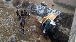 Hafriyat kamyonu köprüden düştü: 1 ölü