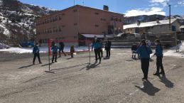 Köy çocukları Badminton ile tanışıyor