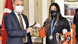 Vali Taşbilek şampiyon kickboksçu Azizoğlu'nu kabul etti