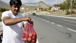 Karayolu kenarında 'Askıda Elma' uygulaması başlattı