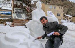 Toplumsal duyarlılıkları kardan heykellerle anlatıyor