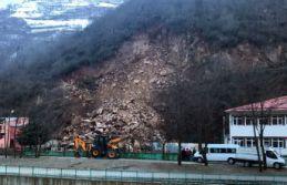 Gümüşhane'de dağdan kopan kayalar okulun bahçesine...