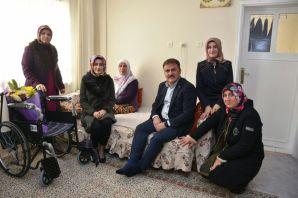 Başkan Çimen, engellileri evlerinde ziyaret etti